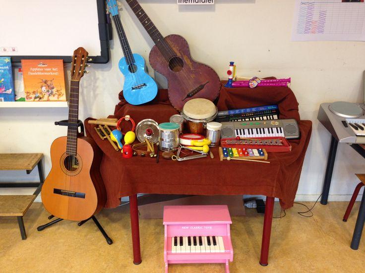 Tafel vol muziekinstrumenten.