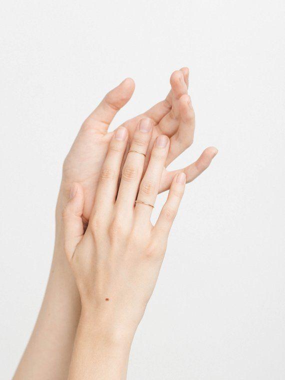 Dainty Stacking Ring Simple Plain Thin Stackable Rings Fotografiya Ruk Eskizy Ruki Etnicheskie Nogti