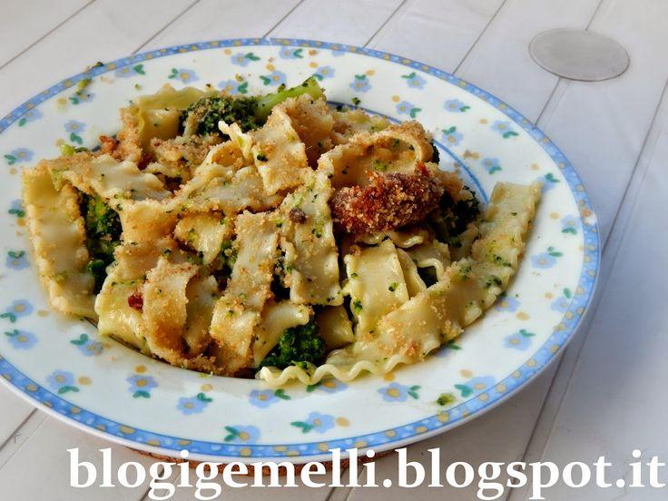 Reginette con broccoli, pangrattato e pomodori secchi http://blogigemelli.blogspot.it/2014/11/reginelle-con-broccoli-pangrattato-e.html