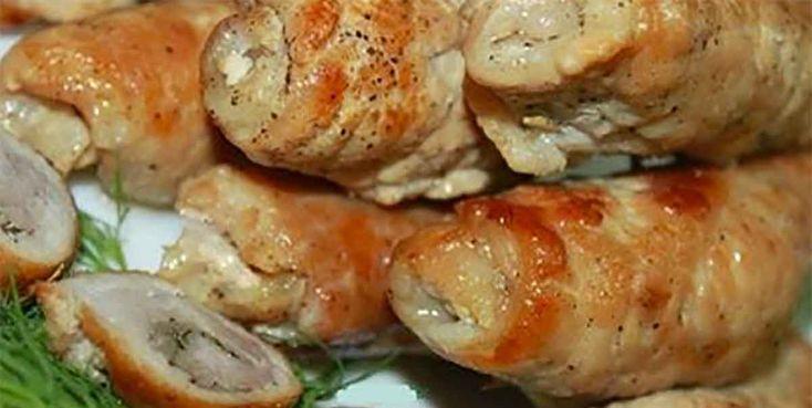Dacă sunteți în pană de idei și nu știți ce să pregătiți pentru masa festivă, atunci vă prezentăm o rețetă de rulouri de porc. Rulourile din cotlet de porc cu bacon sunt foarte apetisante, arată nemaipomenit, sunt delicioase și foarte simplu de preparat. O să vă impresionați musafirii cu aceste delicatese suculente, cu un gust …