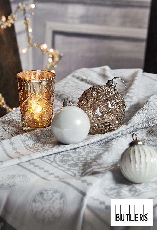 Weihnachtskugeln - Prunkvolles Silber in Kombination mit strahlendem Weiß und glamurösen Ornamenten zaubert eine ganz besondere Weihnachtsstimmung.