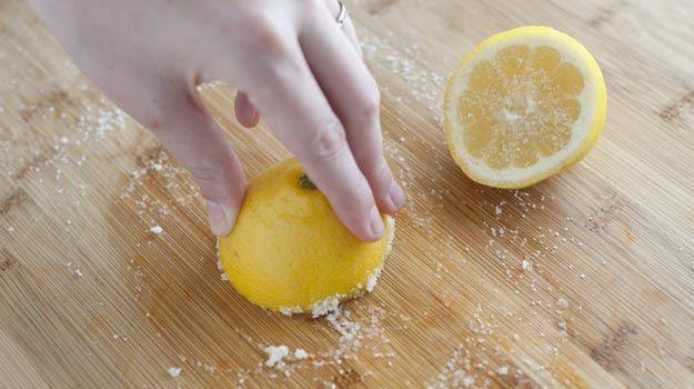 Sabão, na verdade, não limpa tábuas de carne adequadamente, uma vez que ficam sempre restos de alimentos entre as fibras da madeira. A melhor forma de limpar esses objetos é usando a metade de um limão e um pouco de sal para esfregar sua superfície. Em seguida pode usar o sabão normalmente.