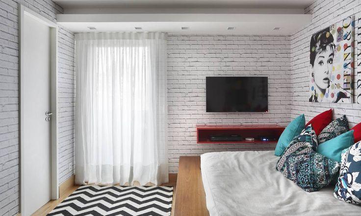 No quarto projetado por André Piva e Vanessa Borges, os tijolos ganharam demãos de tinta branca, garantindo ar clean ao ambinete com referências pops Divulgação