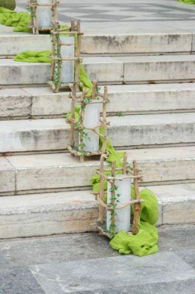 στολισμός σκαλιών εκκλησίας με φανάρια απο θαλασσόξυλα