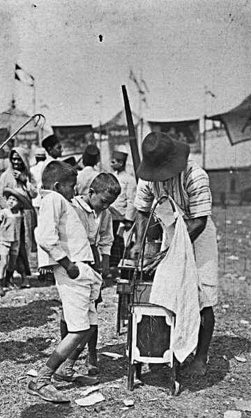 Sebuah potret anak-anak yang sedang jajan, Batavia 1938-1939
