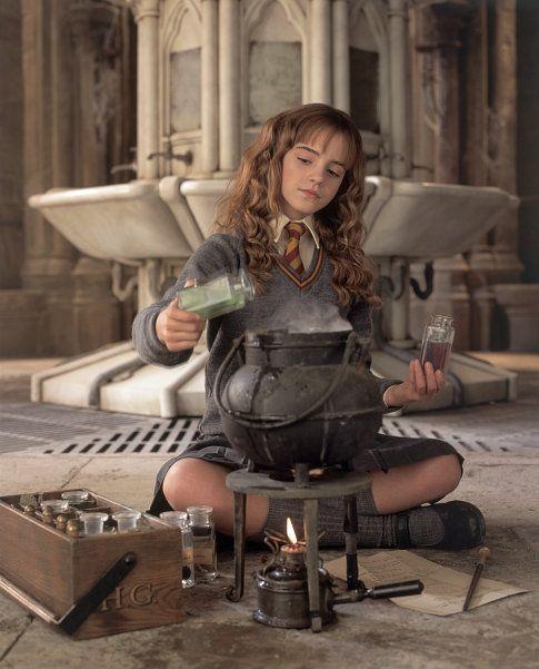 diseña un pergamino donde escribir los pasos de una poción mágica que te inventes