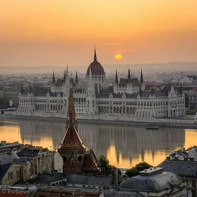 Photo : @esejapan Budapest Catching Summer sunrise in Europe is challenging. I had to wake up before 4:30am to reach the Buda Castle and hope for the best moment to come. This was the 3rd and so far the best attempt to capture Hungarian Parliament in early Summer morning. -