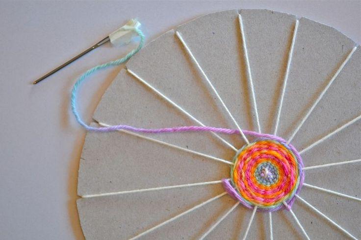 Tecelagem circular usando uma moldura de papelão