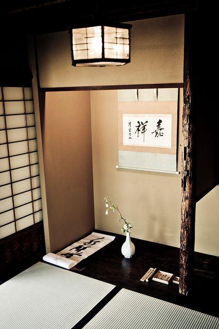 Un Tokonoma (es un espacio de recepción en el que se muestran obras de arte) • Tokonoma (床の間, is a built-in recessed space in a Japanese style reception room, in which items for artistic appreciation are displayed.)