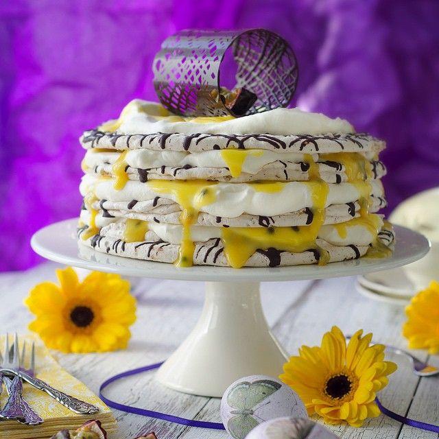 Årets påsktårta! Recept nu på bloggen, direktlänk i profilen. #påsk #tårta #passionsfrukt #maräng #choklad #easter #spring #cake #passionfruit #instasweet #foodpic #foodblog
