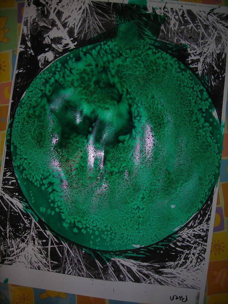 Kerstbal inschilderen met ecoline.  Daarna zout erover strooien voor een mooi effect.