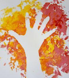 Colorir em torno da própria mão é uma versão mais simples da atividade, para crianças mais novas (foto: Fun-a-Day)