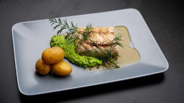 Bakad kummel med brynt smör och puré på gröna ärtor. Foto: Tomas Tengby/Meny i P1