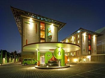 Di Indonesia, nama Pop Hotel sudah tak asing lagi. Jaringan hotel budget ini terkenal dengan desainnya yang unik dan futuristik. Pop Hotel Kuta Beach hadir dengan warna-warni cerah untuk menghadirkan kesan ceria dan bersemangat. Terletak di kawasan Legian, para tamu Pop Hotel Kuta Beach bisa mencapai pantai hanya dalam hitungan menit. Bagi yang malas berendam di pantai, Pop Hotel Kuta Beach menyediakan kolam renang luar ruangan yang tak terlalu luas namun cukup asyik untuk berenang beberapa…