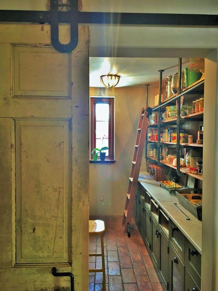 Дизайн кухни в деревенском стиле: кладовая с припасами