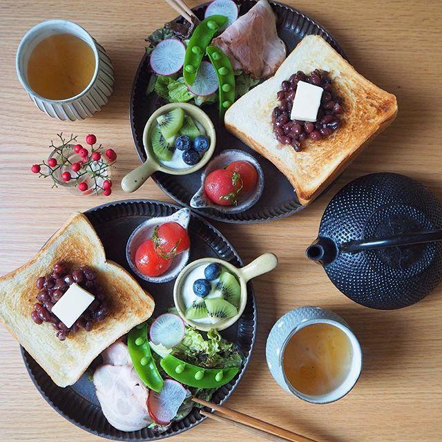 2017.1.26  おはようございます  今日のあさごはんは * ・あんバタートースト ・ミニトマトハーブマリネ ・ローストポークサラダ ・フルーツヨーグルト ・ほうじ茶 * ペリカンの1.5斤サイズの角食で あんバタートースト。 ペリカンのほのかに甘いパンにあんこが最高に合う❤︎ 美味しかった〜✨ * 昨日は親友と新年会。 銀座でとんかつ&ビールからのバーで飲んで最高に楽しい夜。 開始も遅かったから久々の24時超え帰宅な不良母💦 朝きちんと起きれて良かった。 今日もがんばろう。 * #あんバタートースト#あんバター#ペリカン#ペリカン角食#角食#アトリエキウト#小出麻紀子#南部鉄器#トースト#あさごはん#朝ごはん#朝食#breakfast#instafood#foodpic#onmytable#onthetable#igersjp#lin_stagrammer#デリスタグラマー#locari#おうちごはん#ふたりごはん#クッキングラム#朝時間#器#delimia#おうちごはんはじめmikasko