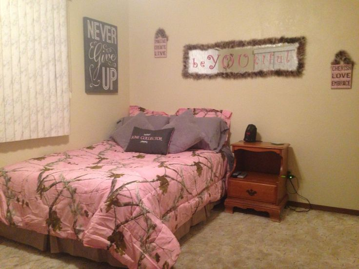 Realtree pink camo girls bedroom w boa feathers girlie for Camo bedroom ideas