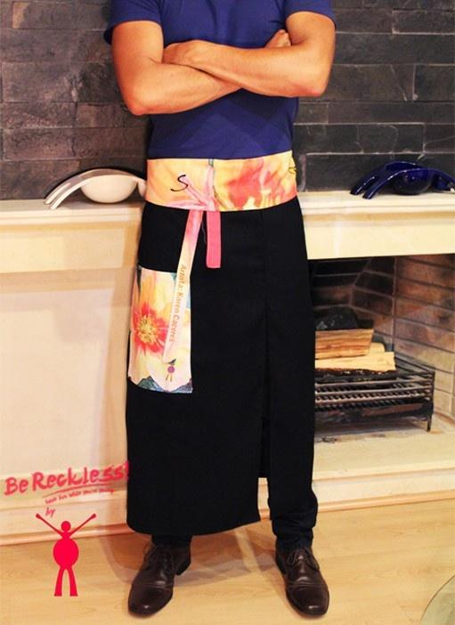 """Delantal de cocina Mandil Largo para chef marca Sfido. Se imprime una réplica de la obra """"flores 2008 arcoiris"""" (con tendencia Pop Art) de la artista colombiana Karen Cáceres. Nuestros productos son exclusivos, ya que el numero de copias por cada referencia y obra es controlado y reducido."""