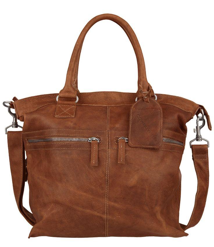 De Huntly tas van Cowboysbag is uitgevoerd in hoogwaardig kwalitatief leer en is er nu ook in het cognac. De tas heeft aan de voorzijde twee ritsvakjes en sluit aan de bovenzijde met een rits (169,95).