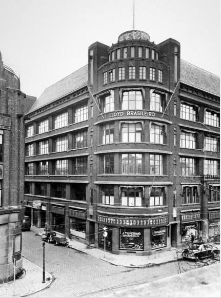 1950. Het Atlantic huis is een bedrijfsverzamelgebouw in het Scheepvaartkwartier in Rotterdam. Het Atlantic huis ligt tegenover de Veerhaven. Het Atlantic huis werd tussen 1928 en 1930 in art-decostijl ontworpen door architect P.G. Buskens. Het gebouw is bijzonder, omdat het een van de eerste bedrijfsverzamelgebouwen in Nederland is en omdat het als een van de eerste gebouwen voorzien was van een parkeergarage.