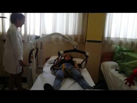 13. Pasar al usuario de la cama a la silla con grúa (usuario dependiente) 1 técnico