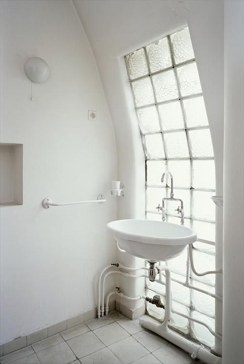 An interesting idea for the bathroom. I love big windows, and this idea fits in a done home.