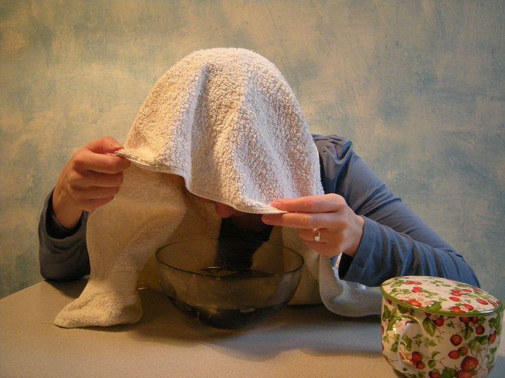 Les inhalations L'eucalyptus élimine les bactéries et active la circulation sanguine. Versez 3 à 6 gouttes d'huile d'eucalyptus dans 150 ml d'eau bouillante. 3 fois par jour, inhalez la vapeur en couvrant votre tête d'une serviette pour ne pas qu'elle s'échappe. Attention à ne pas vous brûler. Ne laissez jamais un enfant seul faire des inhalations. L'eucalyptus ne doit pas être administré aux enfants de moins de 4 ans.