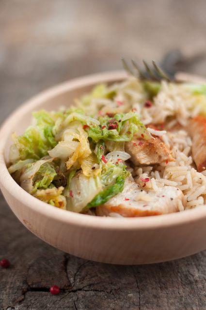 Chou chinois au poulet sauté et basmati : 1 gros chou chinois (bien vert, meilleur que tout blanc), 200g de blanc de poulet, 1 oignon, 3 c à s d'huile d'olive,150g de riz basmati (complet), sel et poivre.