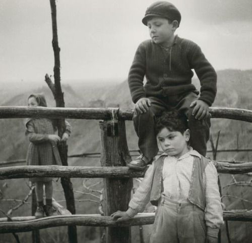 Gianni Borghesan ITALIA , 1955 - bambini a Costabeorchia Pordenone   #TuscanyAgriturismoGiratola
