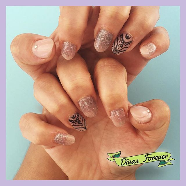 La tendencia de las #mehndinails esta que arde y las uñas de la Vicky lo sapben Toda esta preciosidad fue hecha en esmalte permanente por nuestra  @the_queen.nailartis   #nailart #nailartchile #colorgel #nailsdesign #nailstagram #nailporn #nailsaddicted #accentnail #nailsoftheday #nailsalon #nailartoohlala #nailswow