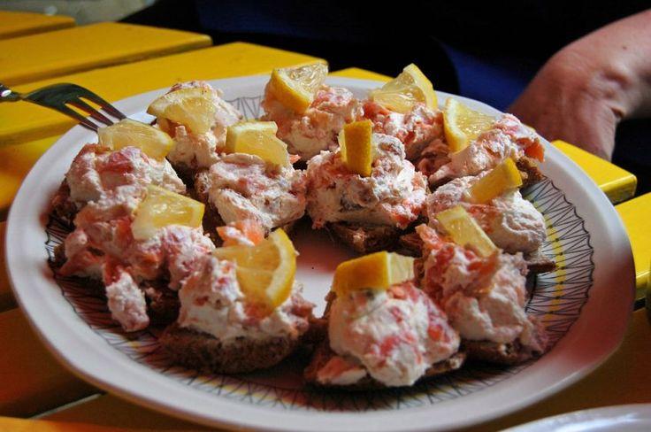 Ecco a voi un antipasto con il salmone affumicato: le tartine al salmone e mascarpone.