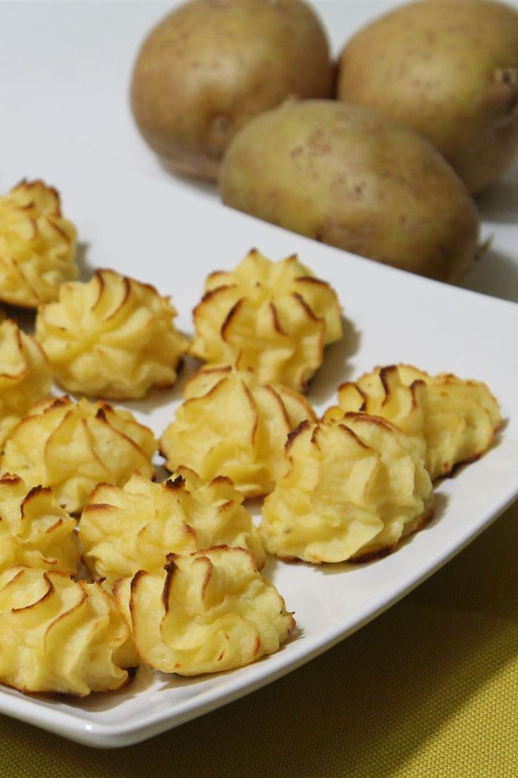 Le patate duchesse, in francese pommes duchesse, sono un contorno di origine francese molto originale e decorativo grazie alla loro forma. Sono preparate con patate lesse schiacciate, tuorlo, burro e formaggio e insaporite con pepe e noce moscata.