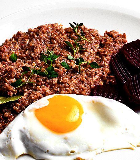 Pölsa lagades förr av de mindre köttrester som ändå skulle malas till färs eller av innanmat och lite lever. Har du rester av kokt kött kan du laga pölsa av dem. Lagad direkt av de bästa ingredienser är pölsan en delikat lunchrätt.