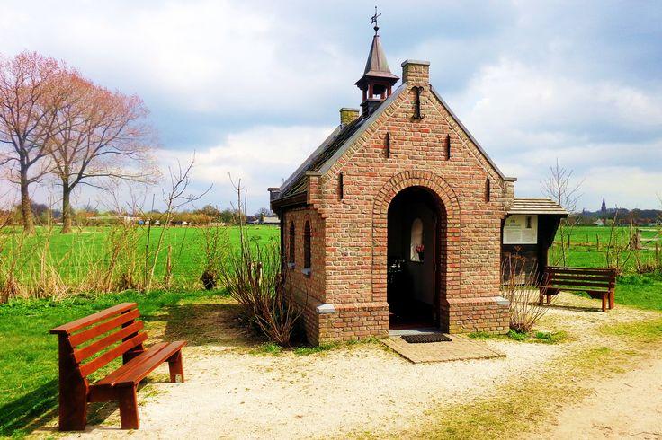 Via een karrenspoor komt u bij de veldkapel van Sint Gerlachus, patroonheilige van het vee. Deze kapel is een eerbetoon aan de boerenapostel Godefridus van den Elsen, die in 1869 Gerlachus als kloosternaam koos. De heilige Gerlachus leefde rond 1100 en was een rijk edelman te Houthem, Zuid-Limburg. Hij leidde een tamelijk wild leven en was vaak op reis, om deel te nemen aan riddertoernooien. Tijdens zo'n reis ontving hij het bericht dat zijn vrouw Elenora en hun twee kinderen waren…