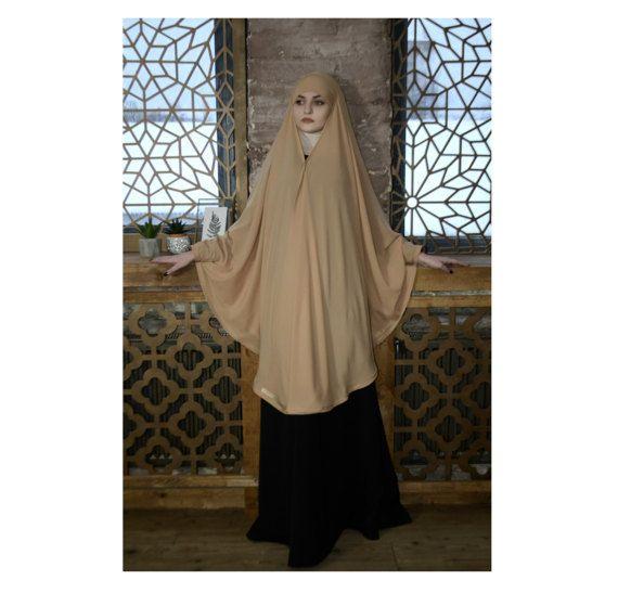 Chic beige long khimar, qui éventuellement peut être transformé en une Cape. Il est un musulman kimonos de mousseline de crêpe sur le devant et s'attache aux poignets, fermés sur le dessus comme un bandana. Vêtements élégants pour ceux qui veulent être belle et couvert. Ce hijab chic deviendra vite votre truc préféré dans la garde-robe. Cette coiffe très pratique comme ceux qui ne savent pas encore comment enrouler un foulard, mamans occupées et les étudiantes. Il est simple et concis…