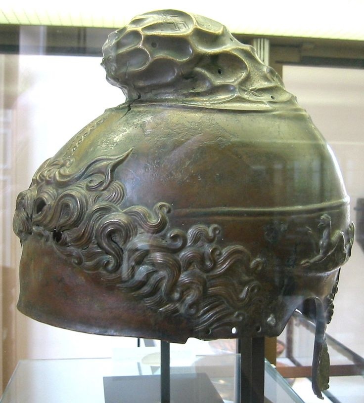 Coif macedonean, datat între 350-325 î.e.n., Herculaneum, Provincia Taranto, Italia. Coiful este executat sub forma unui pileus. Acel pilos care imita imaginea vulturului - suveran al piscurilor pierdute în nori, Pasărea-de-Pradă-Mamă cu cioc de fier şi gheare încovoiate, pe care şamanii o invocau în ritualurile iniţiatice.