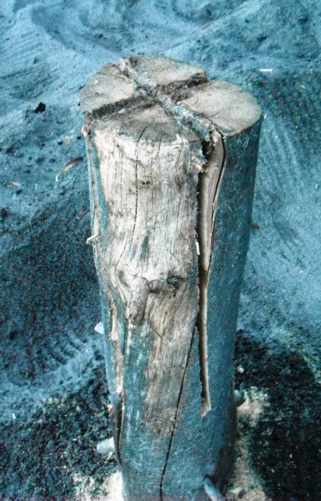 A Scandinavian Log Candle - we've seen them on here, now here is an article on how to make one. Everyone who lives where there snow - rejoice!