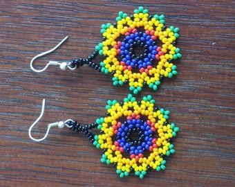 Artículos similares a Pendientes de estilo flor gota huichol en Etsy