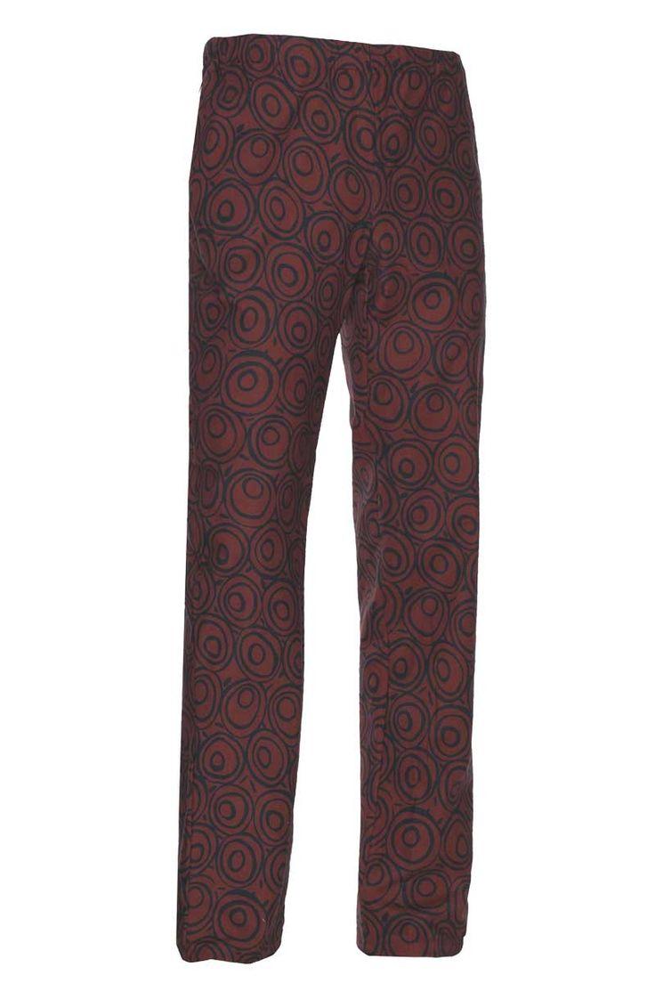 El pantalón de algodón estampado burdeos con círculos negros se ajusta en la cintura mediante goma y cordón para mayor comodidad. Posee dos bolsillos laterales y uno en la parte trasera abrochado con botón. Dispones del gorro a juego para hacer tu conjunto.  #MasUniformes #RopaLaboral #UniformesDeTrabajo #VestuarioOnline #Tomayouniform