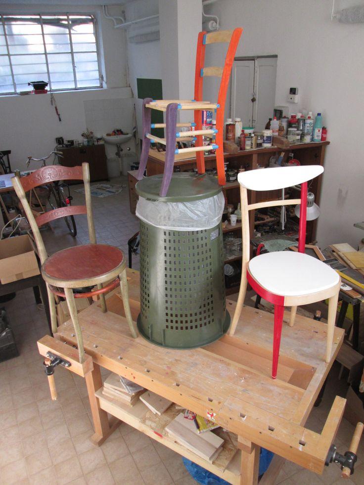 Dai cilindri escono conigli bianchi, noi dall'ecoriciclo estraiamo sedie variopinte