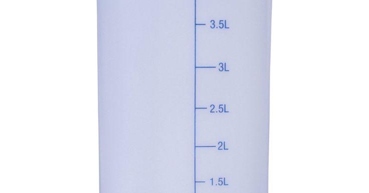 Cómo medir el volumen de un líquido en centímetros cúbicos. El volumen espacial siempre contiene tres variables, largo, ancho y profundidad. Los líquidos y gases se miden por el espacio que ocupan. Como hay tres dimensiones que son necesarias para producir una medida de volumen, solo un centímetro cúbico puede ser usado para medir un líquido. En el sistema métrico, un litro describe un volumen espacial ...