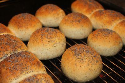 I helgen blir det lysere på brødfronten.Lyse rundstykker med valmuefrø,gjør familien lykkelig og ...