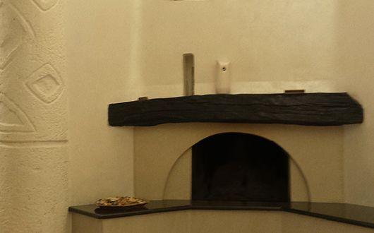 kleines wohnzimmer mit beige wandfarbe und eckkamin by freshouse ...