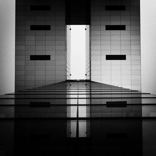 Suas fotos não são de edifícios premiados, famosos, de formas inusitadas. São formas puras, simples e primárias. A força da fotografia de Daniel Hachmann está nos ângulos formados pelas perspectivas capturadas por suas lentes. http://obviousmag.org/archives/2011/09/daniel_hachmann_a_arquitectura_por_um_outro_angulo.html