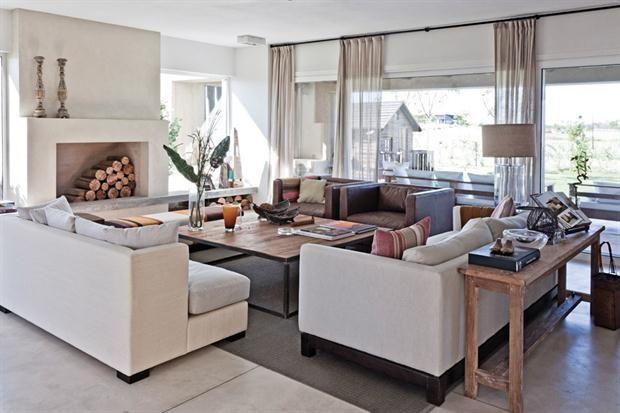 Se eligieron muebles de líneas neutras y definidas. Sobre el apoyabrazos de un sillón de cuero clásico descansa un aguayo antiguo..