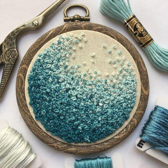Handstickerei French Knot Art, bestickte Hoop Fiber Art, Blue Ocean inspiriert O…