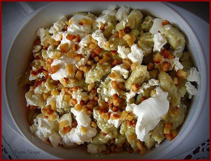 Ízletes finomság, ami nagyon kiadós. Mivel minden finomság rákerül, ezért képtelenség betelni vele. Nálunk nagy kedvenc! Hozzávalók 1 kg burgonya, annyi liszt,amennyit felvesz…, 3 tojás, só, 20 dkg füstölt szalonna, 2 dl tejföl, 25 dkg juhtúró. Elkészítés A burgonyát lereszeljük,hozzáadunk annyi lisztet,amennyit felvesz.Beletesszük a három tojást és ízlés szerint sózzuk.Forrásban lévő vízbe kiszaggatjuk.A felkockázott szalonnát...Olvasd tovább