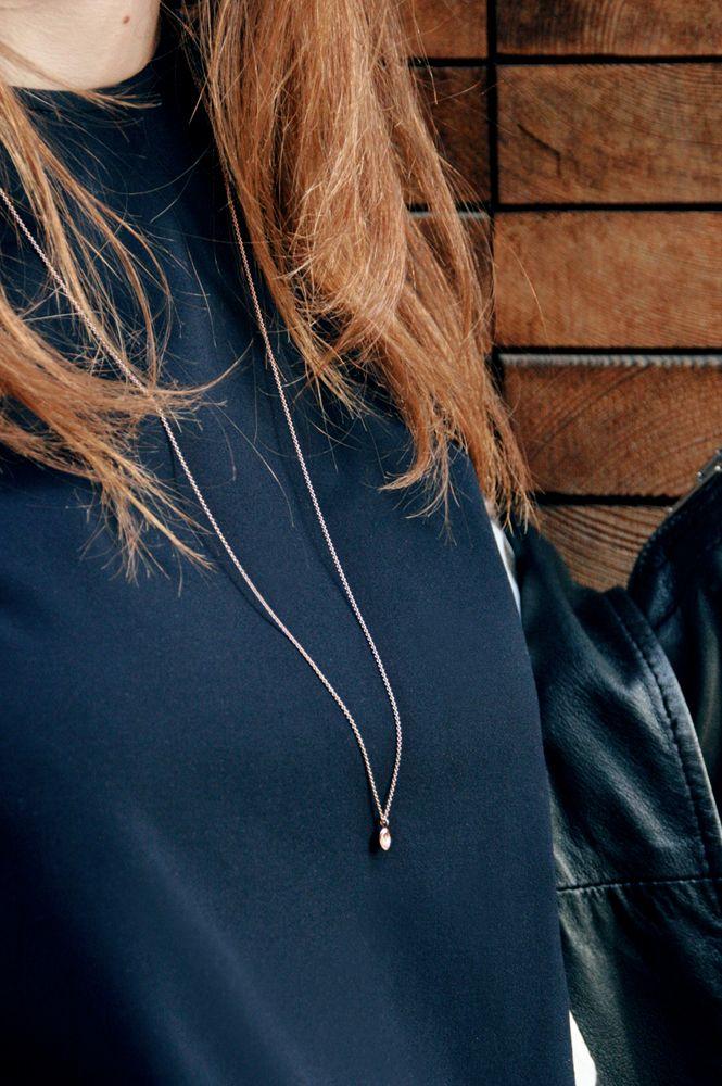 #collanalunga realizzata con finissima #catena rolò e una #pepita scorrevole irregolare e martellata, tutto interamente in #orogiallo oppure #ororosa .. #maschiogioielli #gioielli #milano #gioielliartigianali #fattoamano #minimal #jewelry #longnecklace Come un abito perfetto, senza cuciture, Pepè non ha chiusure.