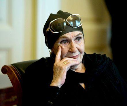 Életének+87.+évében+csütörtökön+elhunyt+Psota+Irén,+a+nemzet+színésze,+a+Madách+Színház+kétszeres+Kossuth-díjas+és+kétszeres+Jászai+Mari-díjas+színművésze+-+közölte+a+színház.+A+művésznő+hosszan+tartó+betegség+után,+szívelégtelenség+következtében,+álmában+hunyt+el.+Psota+Irént+a+Madách+Színház+és…