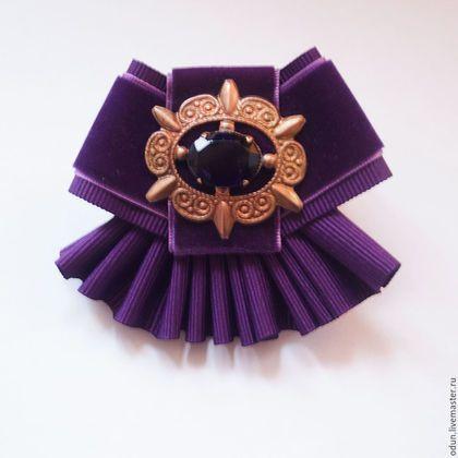 Купить или заказать Брошь фиолетовая в интернет-магазине на Ярмарке Мастеров. Брошь фиолетовая, выполнена из репсовой и бархатной ленты. Центральный элемент- старая брошь с фиолетовым к…